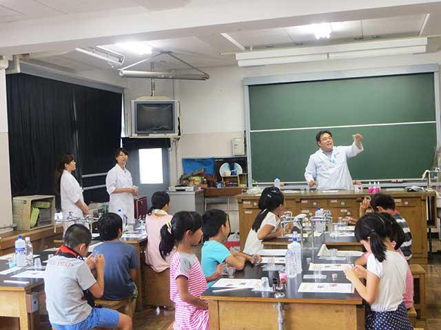 北糀谷小学校での「夏のわくわくスクール」での「きらきらスライム」つくり実験